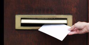 Denken Sie bei der Wahl des Formats des Kuvert der Bewerbung daran, dass Ihre bewerbung auch knitterfrei im Briefkasten des Adressaten eingeworfen werden soll. Ist der Umschlag zu groß, muss er geknickt werden. Ist das Kuvert der Bewerbung zu dick, kann das Kuvert eventuell nicht durch den Schlitz des Briefkastens passen. (#1)