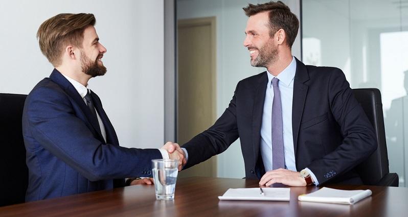 War das Vorstellungsgespräch erfolgreich und man hat den Job bekommen, stellt sich neben der Frage nach der angemessenen Kleidung erneut die Frage nach der richtigen Frisur für den Arbeitsalltag. (#05)