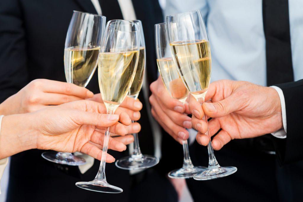 Ein Gläschen bei einer betriebsinternen Feier stellt kein Problem dar – wer aber wiederholt betrunken auf der Arbeit erscheint, kann mit der Kündigung rechnen. (#01)