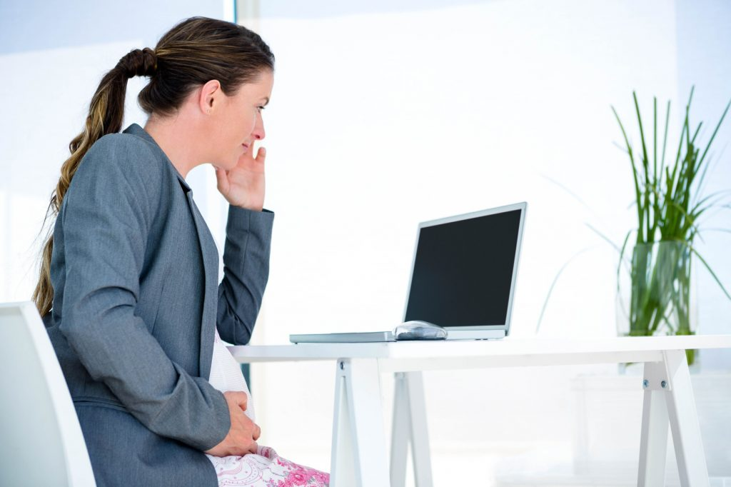 Ein schickes Büro-Outfit kreieren Sie, indem Sie eine Umstandsjacke in Form eines schicken Blazers darüber tragen. (#01)