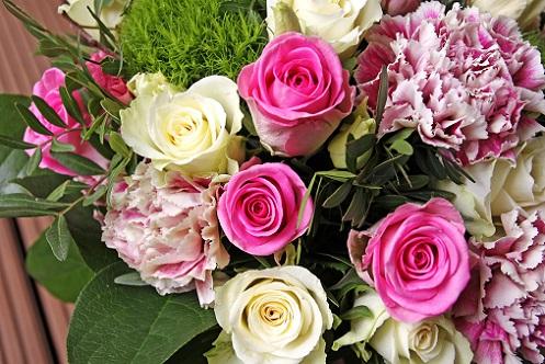 Mit Blumen zaubert man jeder Gastgeberin ein Lächeln auf ihre Lippen