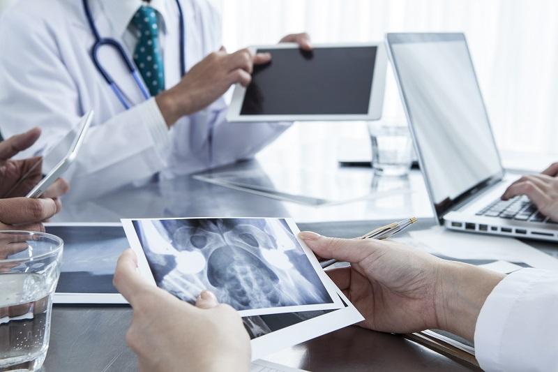 Das Tablet mit den Patientendaten bei der Besprechung. Die Digitalisierung hat mittlerweile in einigen Berufszweigen Einzug gehalten und die Arbeitsweisen effizienter gemacht. Kein Wunder, dass die Digitalisierung Teil der Weiterbildungstrends ist. (#03)