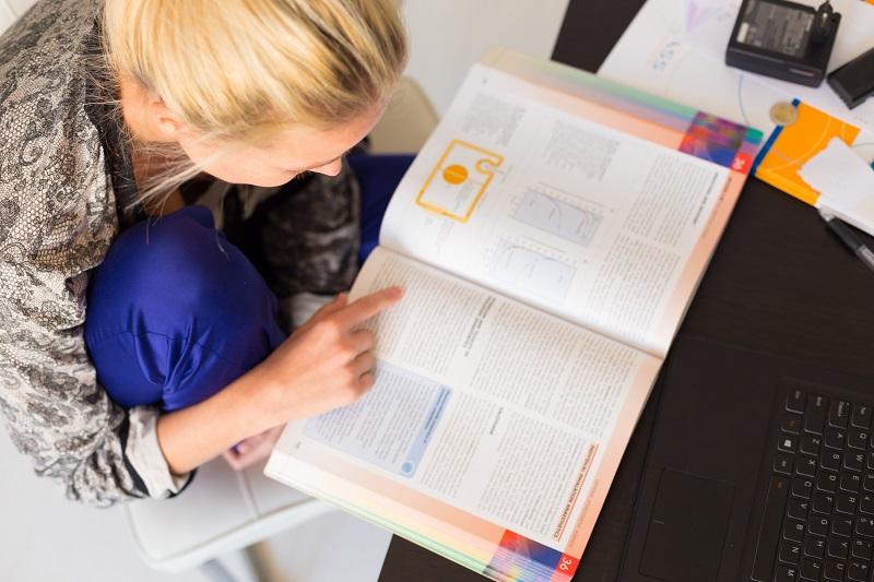 Das Fernstudium ist eine Fortbildungsmaßnahme, die in der Regel in Eigenregie passiert und angegangen wird. Vorteilhaft ist vor allem die flexible Gestaltung des Lernprogramms neben der beruflichen Tätigkeit. (#06)