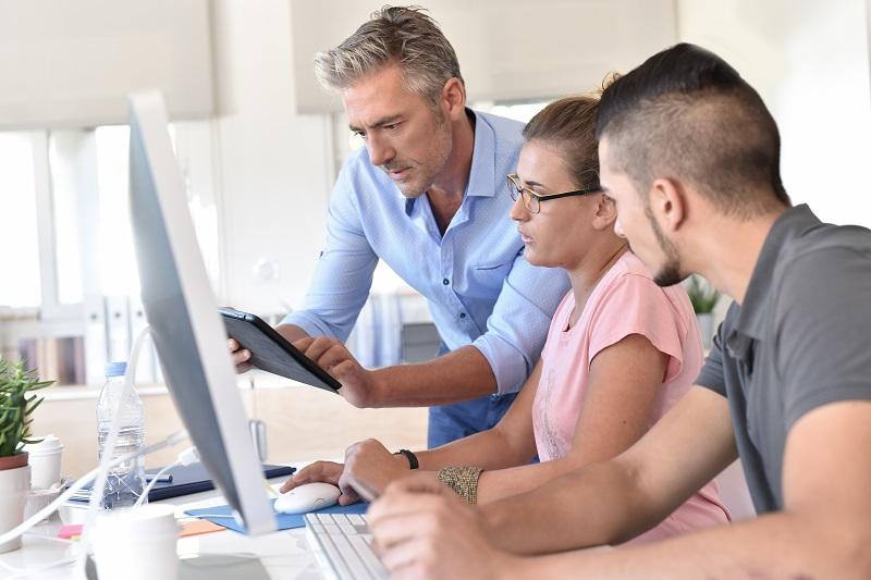 Die Vernetzung von digitalem und gemeinschaftlichem Lernen gehört zu den modernen Weiterbildungstrends. (#04)