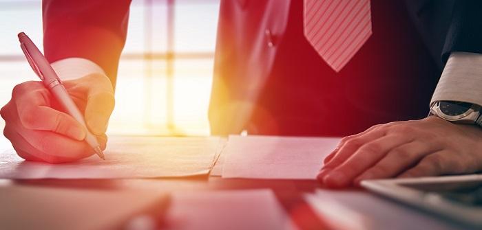 Unterzeichnung eines neuen Arbeitsvertrags. Dies machen oft regelmäßige Weiter- oder Fortbildungen möglich.
