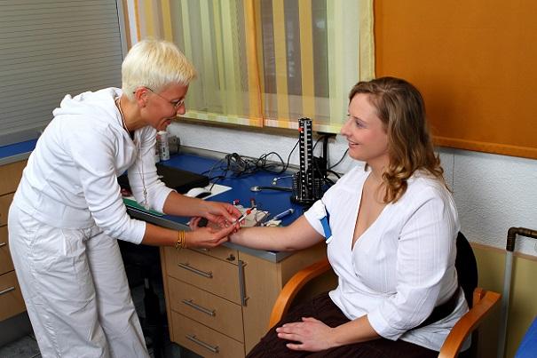 Zu ihrem medizinischen Aufgabenspektrum gehört beispielsweise die Verabreichung von Spritzen, die Ausgabe von Rezepten, die Reinigung, Desinfektion und Sterilisation von Geräten und Instrumenten, die Betreuung des Patienten vor, während und nach der Behandlung sowie die Abnahme und Untersuchung von Blut.(#02)