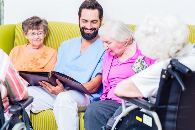 Die Hauptaufgabe von Altenpflegern besteht darin, ältere Menschen zu unterstützen.(#01)