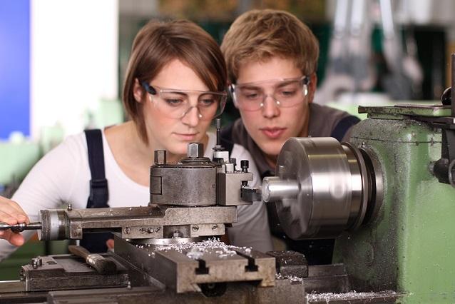Unternehmen erhoffen sich dadurch geeignete Bewerber für die eigene Ausbildung zu finden. In der Industrie sind Berufe wie die des Industriemechanikers gefragt und es mangelt nicht selten an Nachwuchs. (#01)