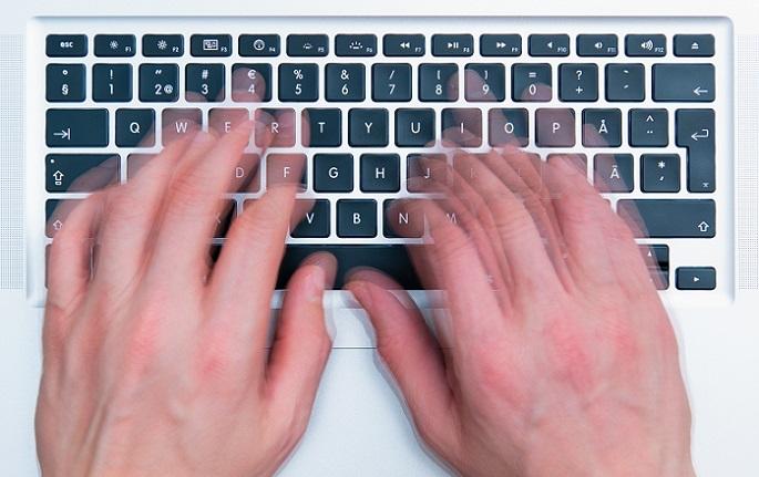 Je intensiver das 10 Fingersystem verinnerlicht wird, desto schneller werden die Anschläge. Als Anschlag wird das Tippen einer Taste genannt. (#01)