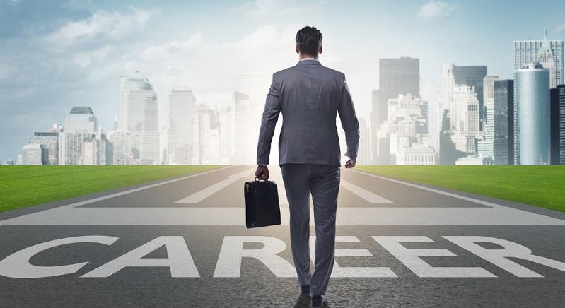 Finanzmanager verdienen viel Geld. Bereits Berufseinsteiger können mit Gehältern bis zu 3.700 Euro brutto im Monat rechnen. Je mehr Erfahrung du hast, desto mehr verdienst du auch. (#03)