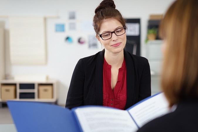 Das Bewerbungsgespräch dreht sich um Ihre Person – viele Fragen lassen sich daher planen. Legen Sie sich Antworten zurecht, die Sie in der entsprechenden Situation anpassen und abändern können. (#01)