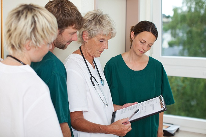 Bei der Frage, wer verdient mehr, Krankenschwester oder Altenpflegerin, zeigt sich ein gewisser Vorteil für die Krankenschwestern. Durch die Berufsjahre kommt es zu einem stetigen Anstieg des Gehalts, allerdings richtet sich der Verdienst auch nach den Überstunden, die bei diesen Berufen fast unvermeidlich sind. (#05)