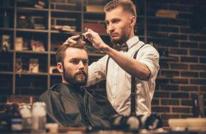 Die Ausbildung zum Friseur erfordert viel Durchhaltevermögen. Das vermittelte Fachwissen ist umfangreich. Es geht von Schnittführung bis zum Föhnen. (#4)