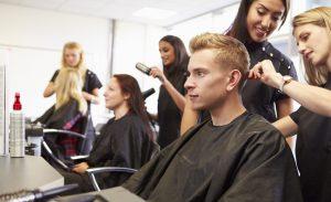 Als Voraussetzung sollte man für die Ausbildung zum Friseur mindestens einen Hauptschulabschluss, besser noch einen Realschulabschluss (mittlere Reife) mitbringen. (#2)