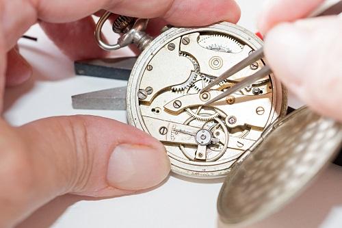 Die Überprüfung und Reparatur mechanischer Uhren gehört genauso zu den Ausbildungsinhalten, wie der Umgang mit Werkzeugen aus dem Bereich der Mikromechanik zum Herstellen verschiedener Bauteile. (#02)