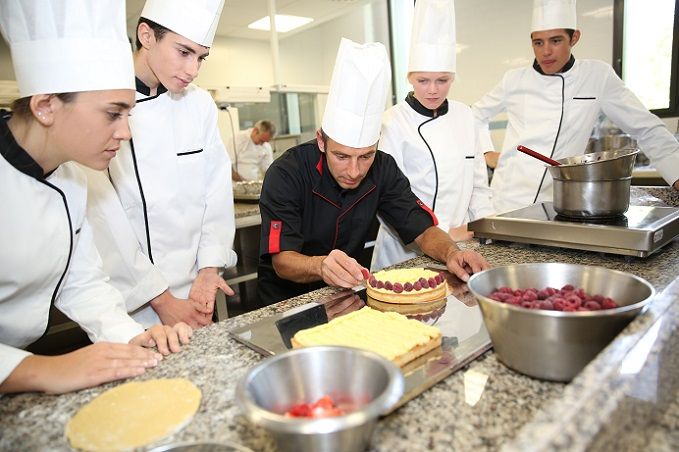 Das Gesetz in Deutschland legt fest: die Berufsschule hat Vorrang vor der Arbeit im Betrieb. Und: während der Azubi in der Berufsschule die unterschiedlichen Fächer paukt, bekommt er auch seinen Ausbildungslohn fortgezahlt. (#04)