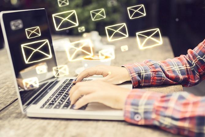 Gerade in unserer hoch technisierten, digitalen und medial vernetzten Welt, läuft die Kommunikation heutzutage oft über Chat-Programme und Mails. Diese Kommunikationsformen machen es möglich, von zu Hause aus zu arbeiten oder mit dem Chef zu interagieren, auch wenn der sich gerade auf dem Weg zu einem Wirtschafts-Meeting in China befindet. (#04)