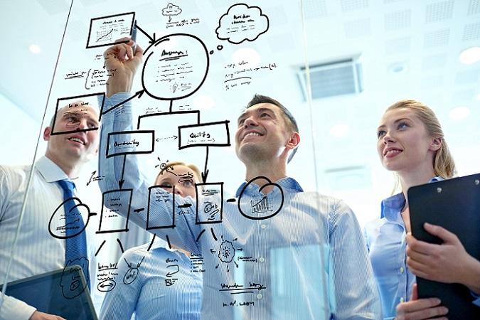 Design Thinking wurde von David Kelley, Terry Winograd und Larry Leifer entwickelt. Sie verbinden verschiedene Kreativitätstechniken miteinander, um das bestmögliche Ergebnis zu erzielen. (#01)