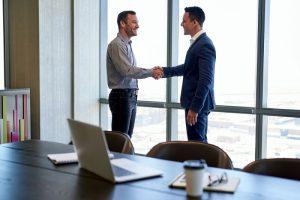 Verläuft die Gehaltsverhandlung erfolgreich, können am Ende beide Seiten zufrieden sein. (#01)