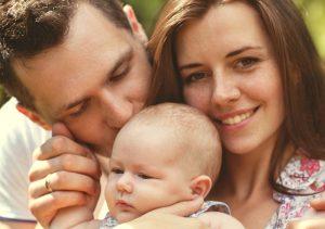 Beim Elterngeld handelt es sich um eine staatliche Lohnersatzleistung, die Eltern dabei helfen soll, den Verlust des Gehaltes während der Elternzeit ausgleichen zu können. (#01)