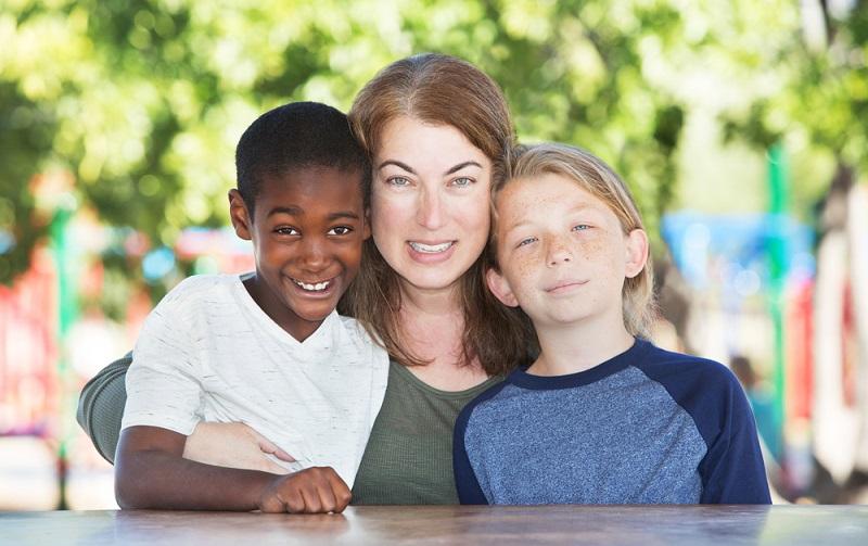 Wer ein Kind adoptiert, der kann die ersten 14 Lebensmonate, die das Kind im Haushalt lebt, ebenfalls Elterngeld erhalten und zwar bis zum achten Geburtstag. So soll es den Adoptiveltern erleichtert werden, sich in der ersten Zeit um das Kind kümmern zu können. (#02)