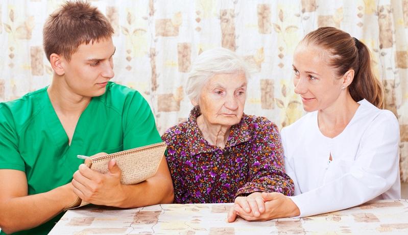 Weil auf Stationen in Pflegeheimen und Altenbetreuungseinrichtungen immer viel Personal zusammenarbeitet, ist zusätzlich eine hohe Teamfähigkeit erforderlich. (#01)