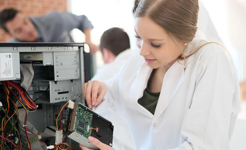 Ganz klassisch steht an erster Stelle natürlich die Informatik. Hier geht es um beinahe alles rund um Computertechnik. Das reicht vom Erlernen von Programmiersprachen bis hin zu Grundlagen über Betriebssysteme und das Internet. (#05)