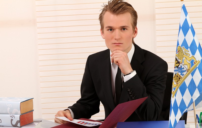 Wer Anwalt oder Richter werden will, kommt an einem Jura-Studium nicht vorbei. Rechtswissenschaft gehört immer noch zu einem der beliebtesten, aber auch lernintensivsten Studiengänge. Es muss viel Disziplin mitgebracht werden, um das erste und später das zweite Staatsexamen erfolgreich abschließen zu können. (#01)