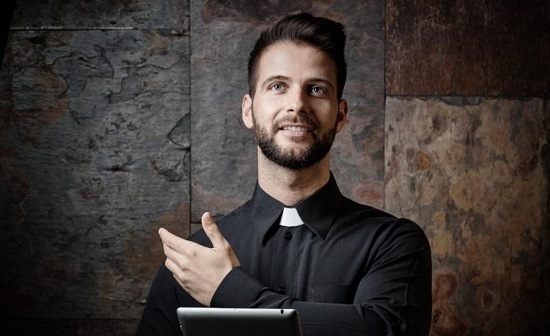 Wer beispielsweise Priester werden möchte, studiert Religionswissenschaften und setzt sich mit aktuellen Geschehnissen und der Geschichte auseinander. (#02)