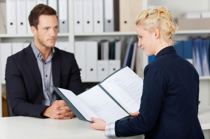 Je nach Beruf sollte eine klassische Mappe oder eine moderne Bewerbungsmappe gewählt werden (#2)