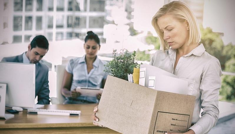 Eine fristgerechte Kündigung kann vom Arbeitnehmer und ebenso vom Arbeitgeber aus erfolgen. Um den Arbeitsvertrag zu kündigen, müssen beide Seiten bestimmte Regeln einhalten. (#01)