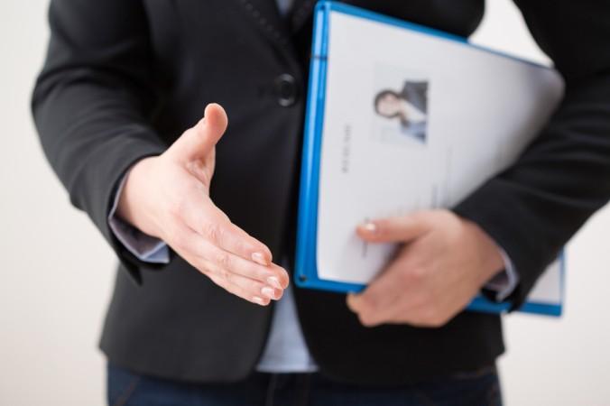 Die Bewerbungsmappe mit dem Lebenslauf sollte man idealerweise persönlich an den zuständigen Mitarbeiter übergeben - das kommt immer gut an! (#1)
