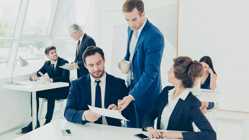 Etwa 10 % der Führungsmitarbeiter in großen oder mittelständischen Unternehmen gehören den Sandwich-Jobs an. Welche Bedeutung Jobs im mittleren Management haben, dem widmete sich eine Studie der Jürgen-Meyer-Stiftung.(#02)