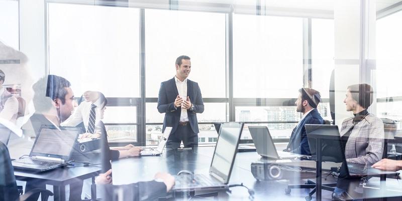 Geht es um die Planung einer Karriere, dann rekrutieren die meisten Unternehmen ihre Topmanager extern. Hier muss allerdings unbedingt ein Umdenken stattfinden, denn nur dann wird auch die Position im mittleren Management für Mitarbeiter ein attraktives Karriereziel (#03)