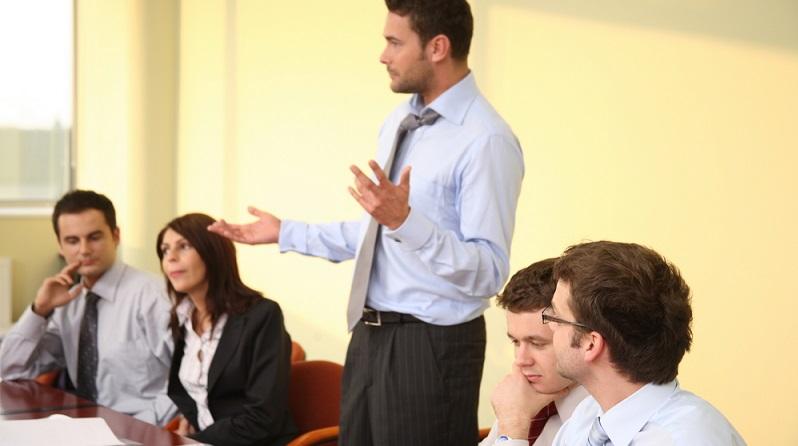 Mit den Begriffen Sandwich-Effekt oder Sandwich-Position wird ein Job im unteren bis mittleren Management verstanden, der zum einen Anweisungen aus den höheren Führungsetagen befolgen muss und zum anderen Mitarbeiter unter sich hat, die er leiten muss. (#01)