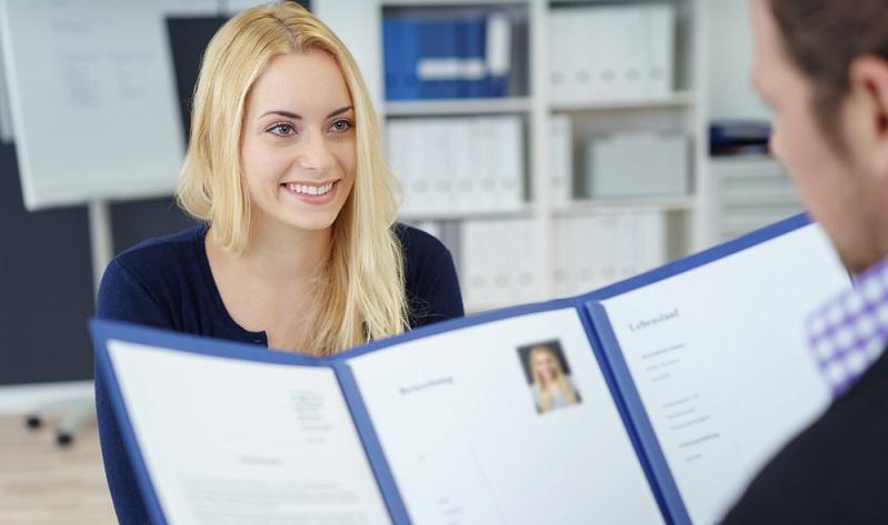 Die eigene Person beim Bewerbungsgespräch gut zu vermarkten hat in diesem direkten und persönlichen Kontakt mit dem Personaler auch mit der eigenen Körpersprache zu tun. (#02)