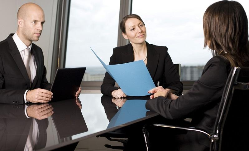 Selbstmarketing bedeutet: Die eigene Person so gut zu vermarkten, dass potenzielle Arbeitgeber auf einen aufmerksam werden. Bei der Bewerbung kommt es darauf an, sich von der Masse abzuheben, denn eine gewöhnliche Bewerbung wird von Personalentscheidern kaum beachtet. (#01)