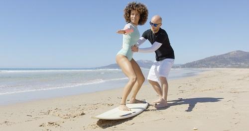 Spaß, mit dem man durchaus auch sein Geld verdienen kann. Denn gerade in Biscarrosse reiht sich ein Surf-Shop und eine Surf-Schule an die andere. Kein Wunder, schließlich klappt es hier im Süden Frankreichs mit regelmäßigen Wellen, die hoch genug sind, um auf ihnen zu surfen, besonders gut. (#01)