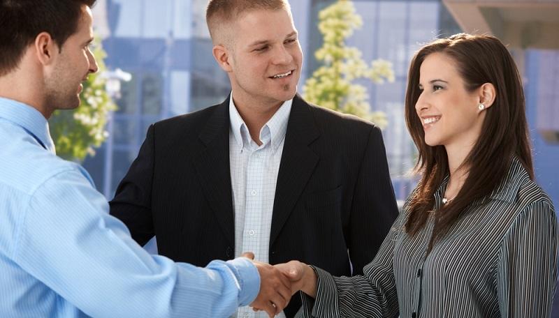 Heute müssen Unternehmen mehr denn je zeigen, dass sie für Bewerber interessant sind. Sie sollen ein gutes Arbeitsklima bieten, ein angemessenes Gehalt, Sozial- und Zusatzleistungen. Gleichwohl muss auch der neue Angestellte zeigen, dass er die Stelle perfekt besetzt – das bringt Aufregung und Stress schon am ersten Arbeitstag mit sich. (#01)