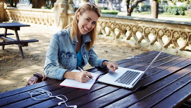 Wer studieren möchte, geht an die Hochschule – oder nicht? Nicht in jedem Fall, denn das Präsenzstudium ist längst nicht mehr die einzige Möglichkeit, sich weiterzubilden, auch wenn es immer noch den Regelfall darstellt. (#02)