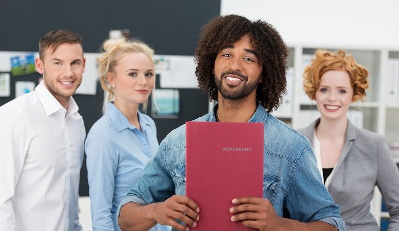 Das Anschreiben der Bewerbung ist das erste, was der Personaler sieht, wenn er sich eine Bewerbung anschaut. Daher sollte gerade bei dem Anschreiben jeder Satz ein Voll-treffer sein. Wie man ein griffiges Bewerbungsschreiben formuliert, kann man hier nachlesen. (#01)