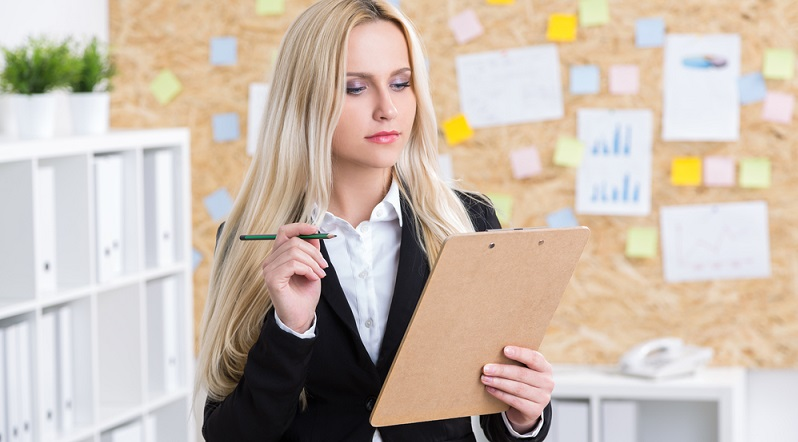 Eine Grundregel für Business Kleidung wird im Business Knigge häufig nicht erwähnt, weil sie als selbstverständlich angesehen wird. In der Praxis klappt das jedoch nicht bei jedem Mitarbeiter. (#02)