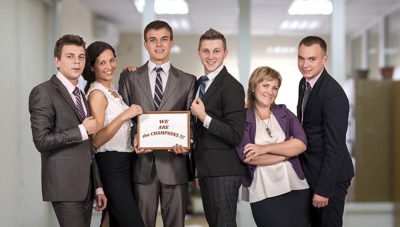 Gerade wer neu in einem Unternehmen ist, kennt den jeweiligen Dresscode und die Gepflogenheiten des neuen Arbeitgebers noch nicht. Hier gilt, dass zu elegante Kleidung stets die bessere Wahl ist, als zu legere Kleidung. (#01)