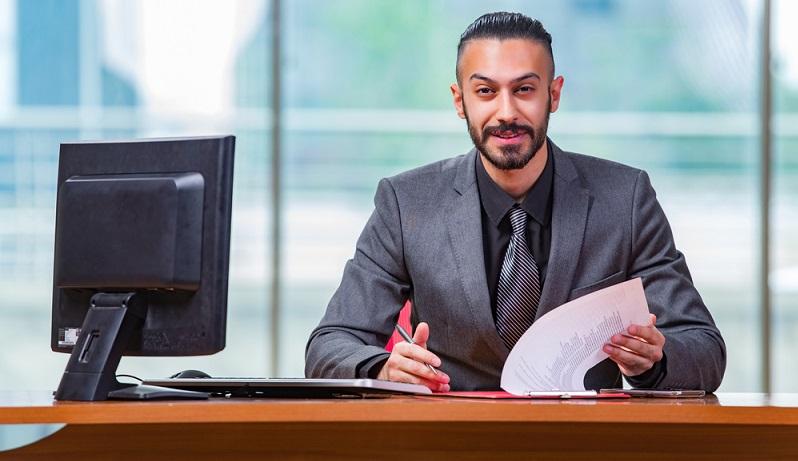 Ein Kleidungsstück für jeden Karrierewunsch ist bei Herren der Business Anzug. Er kann wahlweise zweiteilig mit Sakko und Hose oder dreiteilig mit Sakko, Hose und Weste sein. (#03)