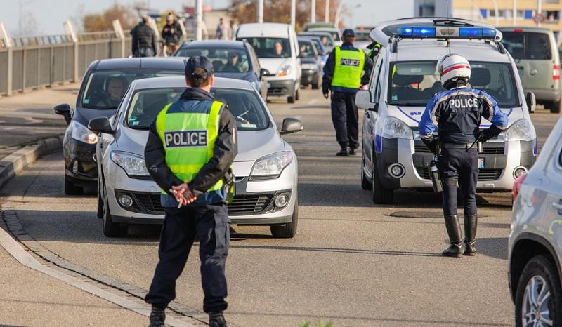 Bewerben können sich Interessenten auch bei den Polizeien der Länder und dort Karriere machen. Sie arbeiten dann im Ermittlungs- und Funkstreifendienst sowie im Bezirksdienst. (#03)