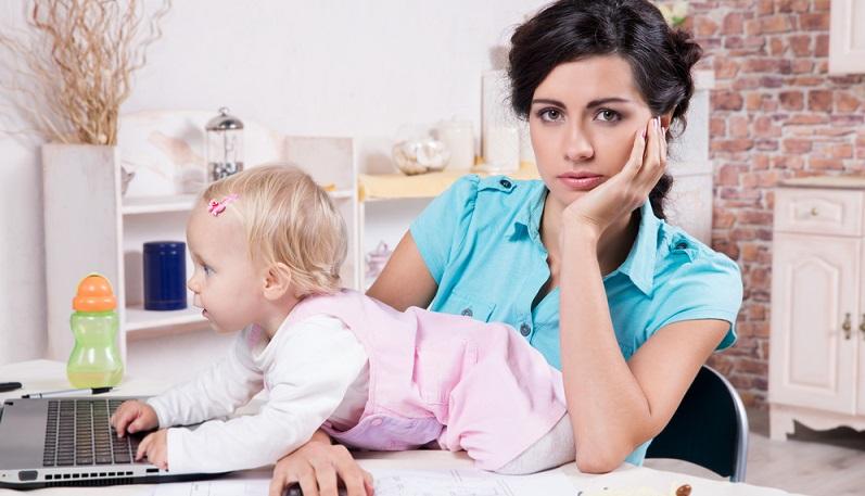 Im Unterschied zur Babypause (oder Mutterschutz), die die Frau nimmt, kann die Elternzeit von Vater wie Mutter gleichermaßen beantragt werden. (#01)