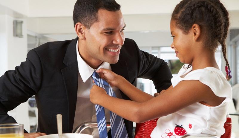 Im Unterschied zur Babypause (oder Mutterschutz), die die Frau nimmt, kann die Elternzeit von Vater wie Mutter gleichermaßen beantragt werden. (#03)
