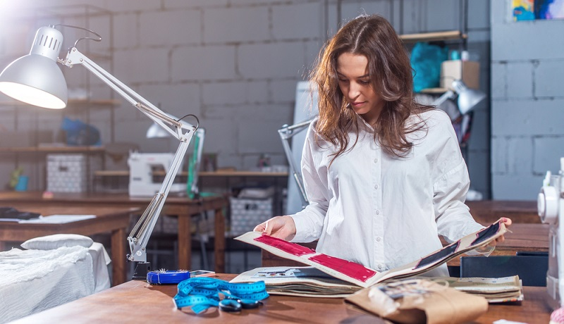 Eine Ausbildung zum Schneider ist der ideale Einstieg in die Modewelt. Es ist wichtig, das Handwerk von Grund auf zu lernen, um die Arbeit mit Stoffen zu verstehen. (#05)