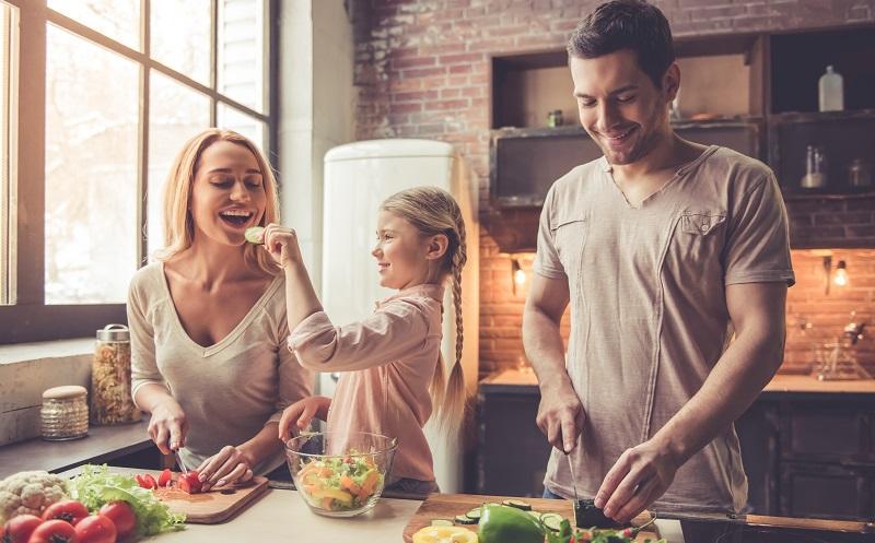 Es gibt verschiedene Möglichkeiten, um die zustehende Elternzeit untereinander aufzuteilen oder gar gemeinsam zu verbringen.(#01)