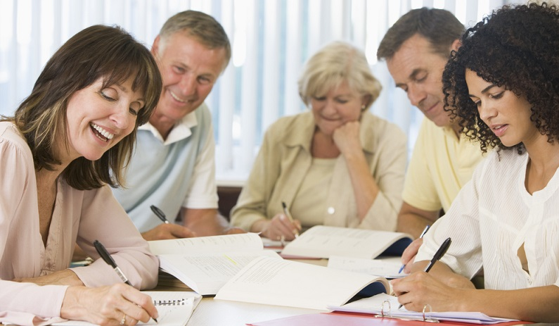 Absolventen des Masterstudiengangs Erwachsenenbildung sind dazu befähigt, Erwachsene zu unterrichten und deren Fortbildung zu unterstützen. (#03)